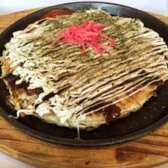 Bánh to đùng lun hen, ăn trưa bao no, có khi 2 đứa ăn mớt hết đó =)) bột bánh thơm và giòn lắm nha, bột ít, bắp cải nhiều, ăn rất ngon. Trong bánh có bạch tuộc mà cắt hơi nhỏ. Sốt tương đen và mayonnaise rất nhiều, ăn với bột bánh béo ngậy và ngon cực kỳ, bên trên thêm tí gừng đỏ giảm ngấy, ăn ngon. Quên tên kios ròi chỉ nhớ nó nằm trong khu ăn uống tầng 2 của AEON àh