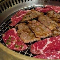 Ngon không chê vào đâu được luôn. Thịt ngon nhiều thêm 49k++ để được ăn thêm 3 loại thịt xịn :)), nước có loại bình 1 lít 2 người uống ứ hự. Không gian ấm cúng, phục vụ nữ mặc kimono dễ thương. Điểm trừ duy nhất là thịt vài món ướp chưa được đậm đà lắm nhưng chấm sauce nhiều thì tạm bỏ qua được điểm này :3. VAT 10% .