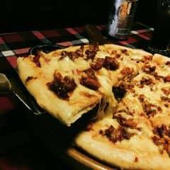 Phục vụ hơi quên khách do quầy ở sâu phía trong. Quán rộng và mát. Trong ảnh là Pizza BBQ sườn sốt ăn kèm với hành tây giá 210.000đ. Pizza đã được giảm giá 40%, 2 người ăn là no oạch luôn. Giá trung bình: 230.000đ/2 người