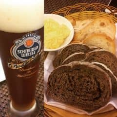 Chai bia nhập nguyên từ Đức, men đậm vị dừ, để nguội không bị đắng.  Chưa kể bia chai chất lượng và đắt hơn bia tươi. Nhìn cái màu cốc ánh lên được mùa của lúa mạch. Làm 1 hớp lan toả tinh anh, chứ không sộc kiểu lỗ mãng như mấy bia của anh Annam.   Anh ưng, anh rất ưng.