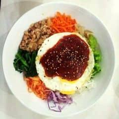 Cơm bibim ngon ^^ nhiều rau ăn đỡ ngán. Ăn kèm với kimchi chua cay đã lắm. Tuy nhiên gạo nấu cơm không được ngon, có bữa cơm hơi nhão nữa, tương ớt cho hơi ít và đựng trong tô thì ko nóng bằng trong thố nên mùi vị không ngon bằng. Nhân viên ở đây dễ thương, mình dặn k lấy mè với làm trứng sống là chuẩn luôn. Bên chi nhánh kia mình dặn lại có lúc quên ^^