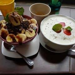 snow white bingsu sữa ngon tuyệt vời.. lớp dưới có sữa tươi bên trên phủ đầy kem sữa.. béo ngon.. tô lớn chỉ 59k.. bingsu choco tô nhỏ 59k ăn ngon béo cũng no ứ ự
