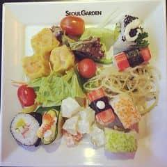 Cửa hàng chuyên đồ nướng nên mấy đồ kiểu như sushi, gimbap... ăn chả ngon đâu. Được mỗi cái là nhìn nó đẹp nên lần nào đi ăn cũng ham hố lấy vài cái để bày tuy chả lần nào ăn hết cả.