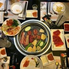 Trên Aeon mall hình như chỉ có theo dạng buffet thôi. Ăn thoải mái, có nhiều loại kimbap hoặc sushi và mấy món tràng miệng. Bò thì khỏi phải bàn rồi :)))) thịt gà ở King theo mình thì hơi bở, mình ko thích lắm. Buffet ko kèm đồ uống. Giá ngày CN là 3 trăm mấy í, tính thêm 10%VAT nữa nhé