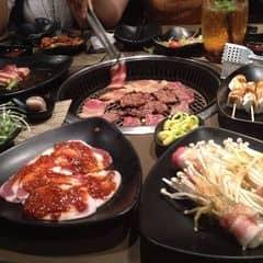 Ở đây đặc biệt phong phú về các món nướng, nổi bật nhất là các món từ thịt bò Mỹ và Úc hảo hạng. Ngoài ra còn các món nướng từ thịt ba chỉ heo cũng hấp dẫn không kém.  Hải sản ở đây cũng rất phong phú từ các món được chế biến sẵn như cá hồi, cá trứng nướng đến các món nướng tại bàn như bạch tuộc, tôm tươi...   Lẩu ở đây không nổi bật cho lắm do được làm theo công thức của của người Nhật nên hơi lạt.   Các món ăn đi kèm khá vừa miệng. Bánh xèo và kimchi ở đây rất được ưa chuộng.  Không gian thoáng, hơi tối một tí. Nhân viên rất nhiệt tình, thay vỉ nướng liên tục. Trung bình khoảng 800k/2 người.