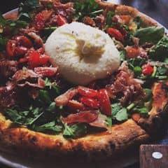 Pizza 4P thì khỏi nói rồi ngon cực kìii. Bánh mỏng ăn k bị ớn. Cục phomai sữa trâu ăn mát mát và thơm. Lúc ăn thì cục phomai đấy sẽ đc cắt ra để slice nào cũng có 1 tí. Yên tâm là sẽ có tgian cho bạn chụp hình sống ảo trước nhaa. Pizza này ăn cảm giác healthy nha, k giống những pizza khác đâu. Nên ăn thử 1 lần cho biết vì pizza ở 4P's k chỉ ngon mà còn lạ nữa. Ăn 1 lần sẽ muốn ăn tiếp lần 2....