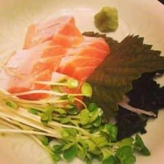 Hôm nay cho em bụng cá hối lên sóng 🍣🍣. 3👍/5👍. Me review 👱👱 : cá hồi sống ăn rất tốt và có lợi cho sức khỏe. Alice do quá ham ăn và quá đam mê ăn nên đi đâu cũng kiếm đồ ăn trước nên đã ăn qua ở bên Nhật và Mỹ 😂😂 bụng cá hồi bên Việt Nam mình cũng rất tươi và ngọt thịt không bị bợ và nát như một số nơi. Giá cả cũng ổn, mấy chị phục vụ cũng rất dễ thương 😍😍 nên Alice là khách quen trước giờ nun 😜😜