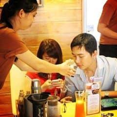 nhân viên đang xay và khách hàng được ngửi mùi cà phê thơm lừng. :D