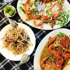 Trên bàn ăn này bao gồm gỏi khoai môn, cua xóc muối tuyết và cua cà ri. Món nào cũng ngon cả, ai đến order hết các món này luôn nhé