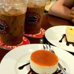Bánh ngon, mềm mịn và béo ngậy ăn đã. Trong các món bánh ở Highland coffee thì thích nhất bánh này. Bánh có độ mềm và mịn, ăn ko bị lợn cợn, vị béo của trứng hòa quyện với vị ngọt của caramel thơm, được rưới thêm chút chocolate nữa làm cho vị càng đậm đà hơn. ăn ngon nhưng giá hơi cao
