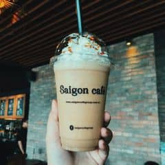 Vị cà phê đậm, không quá ngọt. Uống được. Chỗ này với Saigon Coffee Club là một, đổi hết sang thành Saigon Cafe. Không gian siêu rộng, thoải mái, wifi mạnh, view thẳng bến Bạch Đằng, mở cửa 24/24. Chả có lý do gì để không thích cả 😌