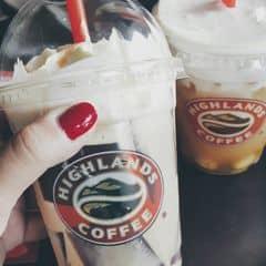 Mình hay uống Highlands, caramel phin freeze ở đây rất ngon, ko quá nhiều cafe, phải nói là mình bị nghiện luôn 😁 Còn bạn mình thì uống trà sen vàng, lớp sữa ở trên mặn mặn lạ miệng, trà vị thanh ❤❤