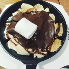 Cheesecake béo thơm ăn cùng sốt socola và mashmallow ... không còn gì tả nổi 😝😝