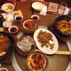 Mẹ mình cực khoái tới đây nhiều lúc đi vòng vòng chả biết ăn gì thì lại tới đây =)))))))))) chỗ này nổi tiếng quá rồi từ xưa rồi lúc nào cũng đông hết. Phải nói là đồ Chinese hấp dẫn lắm ấy coi menu lúc nao cũng muốn kêu hết , cái gì cũng ngon 😜😭👍🏻💓