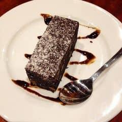 Opera cake ở đây cũng bự và dày lém :P, 44k 1 cái luôn. Phần socola ở trên ngọt mềm chứ không phải là socola đắng cứng như ở givral. Mấy lớp bánh mềm xốp và đc làm ở độ ngọt vừa phải. Socola mềm nên chảy ra ngay trong miệng ăn thích lắm :))) mùi bánh khá thơm. Mình đánh giá cao bánh ở highland coffee hơn là coffee bean & tea leaf đấy :>  Mình thuộc dạng tham ăn nên đã bị nghẹn khi ăn bánh này nên mình khuyên các bạn nên ăn từ từ thôi nhé =)))))