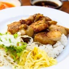 Gà nướng mềm thấm sốt Teriyaki ăn kèm cơm trắng nóng hổi là số dzách luôn.