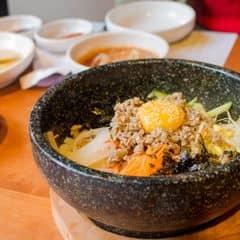 Đây chính thức là món cơm trộn Hàn Quốc ngon nhất mình từng ăn, chưa kể hình thức trông cực kỳ bắt mắt nữa chứ. Cơm mang ra còn nóng hổi, trộn lên nghe tiếng xèo xèo, rau củ thịt bò các thứ rất nhiều, ăn vừa miệng, cực ngon. Tô như này đủ cho 3 người ăn đó 😁