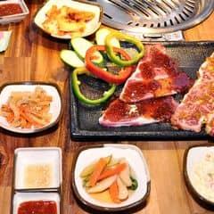Hôm nay nhóm mình đi ăn Gogi House được bạn nhân viên giới thiệu cho combo này nè, nghe giải thích là combo đồ nhắm để dùng chung với rượu soju á. Combo có tới 3 món lận nha mà quên chụp món heo kia, với lại ai ăn combo này thì được mua soju với giá 65k thay vì 95k nữa, đi ăn nhóm đông lợi lắm đó.