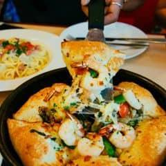 Uầy, Hut có loại pizza mới nè, ăn thích ơi là thích. Pizza với viền cuộn nhân nóng hổi, viền bánh xốp, mỏng và giòn. Ăn không biết ngán là gì luôn í. À có combo mùa lễ hội nữa nè. Mình ăn phần combo 3 món có salad, cơm, coca và pizza hết 349k. Nói chung là hài lòng :D