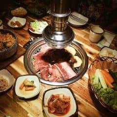 Đang có chương trình combo 1 mâm đầy ụ thịt các loại và 1 nồi lẩu kimchi hoành tráng chỉ có 599k giá gốc 899k. Thịt của Gogi không cần bàn cải vì rất ngon, trong hệ thống Golden Gate thì chỉ thấy thua mỗi Sumo thôi. Nhưng miếng thịt to thế này chỉ có ở Gogi. Khi mua combo này còn được giảm giá rượu sochu và có bốc thăm trúng thưởng nữa 👍👍👍