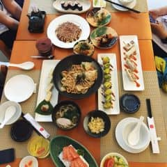 🔵 Tokyo deli, nhà hàng sushi thuộc tầm trung, kgian rộng rãi, mấy tàng lầu lận, chị nvien thấy mình mặc đồ hsinh nhg vẫn thân thiện, rất chuyên nghiệp 🔵 Mình gọi 13 món tộng cộng hơn 700k mà 4ng ăn no muốn xỉu luôn. Đồ ăn ra nhanh, sushi cuốn chặt tay, sashimi tươi, bthg k thích món udon xào nhg phải nói udon ở đây khá ngon.  🔵 Món ruột của mình ở tokyo deli là sushi lười cá hồi, 2 miếng giá 47k, khá ngon. Bánh xèo nhật ở đây cũng ngon k kém, 1 bánh xèo có 4 miếng, mỗi ng ăn 1 miếng là vừa, hoặc 2 miếng thôi vì ăn nhiều dễ ngấy. Cơm thịt heo chiên trứng ở đây cũng ngon lắm 😱😱😱