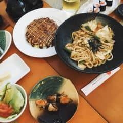 🔵  Mấy món ruột ở đây, sushi lườn cá hồi, sốt kabayaki ở trên mặn mặn ngon lắm, bánh xèo 🙆🏼🙆🏼🙆🏼 Nhật, riêng món này thì ăn đứt bên sushi bar, hơi bất ngờ vì udon xào ngon vậy. Nchug là đồ sống rất tươi, bánh xèo, udon nóng hổi, mà giá tầm trug ntnay là quá ổn