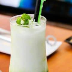 Nhìn đơn giản nhưng lại rất phức tạp khi pha chế, hỗn hợp được pha từ bột trà xanh Nhật với sữa dừa và vị ngọt dịu của Macadamia syrup.