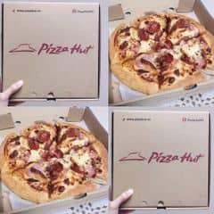 Bánh dày, vị vừa phải, vì mình gọi pan pizza nên phần bánh nhìn có vẻ k to bằng truyền thống nhưng thật ra nó đặc ruột ấy, kiểu dày hơn khá hài lòng. Topping của mình có xúc xích, cheese, nấm, vv.. Mình thấy khá ổn. Delivery giao rất đúng hẹn, uy tín. Các bạn nên thử nhé.