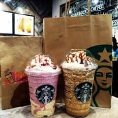 #lozisg #oursaigon - Update thêm BST Starbucks cho mùa hè này đi nà :3 Cặp đôi Summer berry panna cotta bên trái và Tiramisu Java Chip bên phải vừa mới ra mắt các fans của Starbucks chưa bao lâu nhưng 2 bạn í đang làm mưa làm gió tại các cửa hàng Starbucks ở Việt Nam đó nha, tuy là lính mới nhưng cũng ghê gớm lắm đó nha :3 Summer berry panna cotta thì chua chua của berry nhưng hòa quyện trong đó lại là vị ngọt béo của panna cotta, phù hợp cho các bạn thích uống chua như mình ^^ Còn tiramisu java chip thì lại hoàn toàn đối ngược lại luôn, ngọt và dễ dẫn đến tình trạng bị ngấy nên khi order thì các bạn nhớ nói barista làm ít ngọt lại nha, nhưng bạn nào rất thích ăn uống đồ ngọt thì sẽ vướng vào cái bẫy ngọt ngào này đó nha ^^