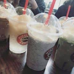 Uống cũng lâu rồi nên chả nhớ hồi đấy mình gọi những gì. Highland mình chỉ thấy Freeze là ngon nhất, còn các đồ uống khác bình thường không có gì đặc sắc. Cookies của mình còn loãng toẹt không nếm được vị gì 😂😂, trà xoài toàn là đá. Nói chung là lần sau đi Highland sẽ chỉ trung thành với Freeze và trà đào 😅.