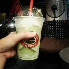 Đố uống ở đây thì rất tuyệt ruồi  hihi, không gian quán sang trọng, yên tĩnh, phong cách phục vụ nhiệt tình, chuyên nghiệp, các bạn gái giống tớ thì nên gọi size vừa (M) hoặc nhỏ (S) thôi, tại size lớn (L) thì uống no lắm, cốc freeze trà xanh này có vị ngọt mát và vị trà rất rõ, mùi thơm kiểu mùi trà thái, cream ngon hơi xốp ấy