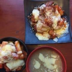 Cay cay ấm lòng :)) đây là combo 1 còn thiếu bánh doraemon nuaCombo 1 giá 130K--> 110K: Gà cay phomai, Tokbokki phomai, súp khoai tây kem tươi, bánh rán Dorayaki Combo 2 giá 332K--> 266K: Lẩu Tok kimchi đôi, Gà cay phomai, cơm trộn bibimbap, cơm cuộn chiên Combo 3 giá 390K--> 310K: Lẩu Miso đôi, Maki bò phomai, Bánh xèo hải sản, Udon xào cay, Đậu Edamame Combo 4 giá 180K--> 153K: Bánh xèo hải sản, Mì đen Jajang, Menchi phomai, Matcha Latte