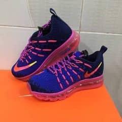 Đây là lô hàng nike chính hãng đầu tiên dành cho trẻ em, vì đơn đặt hàng Việt Nam xuất khẩu ít nên số lượng giày trẻ em có giới hạn, kiểu dáng màu sắc thì y như hình, chất lượng giày chính hãng thì khỏi phải bàn cãi nếu phát hiện super fake xin trả lại hàng cho bạn. Bạn nào đã làm cha mẹ rồi thì đừng bỏ qua đợt hàng này.  kid Nike shoes size: 28->35  Liên hệ tham khảo sp 0933459900 (fb,zalo)