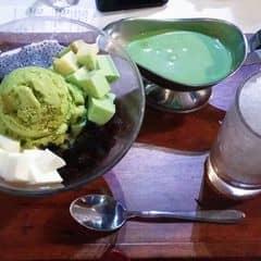 Một món tráng miệng trà xanh ngon, vị ngọt vừa phải, trà xanh thơm. Không gian quán vào buổi tối rất đông, khá ồn nếu ai cần sự riêng tư