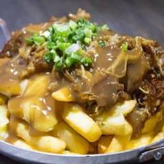 Đồ ăn ngon. Đơn giản. Món khoai tây chiên hơi bị ghiền , gà giòn với sốt mayo cay cay nhẹ, con nít ăn cũng được. Hơi bị ghiền. Nếu có khoai tây chiên kèm phô mai mặn mặn nữa chắc thích lắm