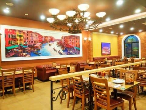 Màu sắc kết hợp với tranh treo tường tạo điểm nhấn cho nhà hàng