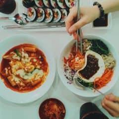 Mỗi lần thèm đồ ăn Hàn lại đến Hanuri. Đồ ăn ngon, poster idol treo khắp quán, có thể order nhạc bài hát hoặc nguyên list nhạc đều đc. Mình thấy tokbokki ở đây ngon lắm ngar. Mình hay gọi kèm theo phô mai nữa, ăn thích k kể xiết. Ngoài ra các món khác món nào cũng ngon. Giá cả thì nguyên chừng này thêm 2 ly pepsi mà hết 129k, ăn no căng bụng luôn. #anngapmat #lozisaigon