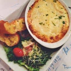Bánh mỳ sờ thấy cứng như gỗ nên ko ăn cũng ko biết vị như nào. Salad thì tuyệt ngon. Lasagna nhiều cheese vch, mềnh thích. Cơ mà 1 phần này nhiều quá 1 người ăn không nổi.
