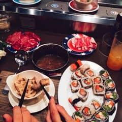 #happykichi - Lẩu ngon lắm các bác ạ, mỗi tội con điện thoại em nó chụp ko đẹp thôi -_- . Đồ ăn chạy trên line vèo vèo, muốn ăn gì thì cứ lấy thôi. Mình thử đủ loại hết, thấy cái nào cũng ngon (Y). Sushi thì do bạn mình kêu riêng đấy, ko quá mắc đâu. Đi vào ngày cuối tuần thì hơi chật nhé.