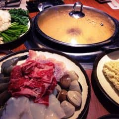Món chính hôm nay, một phần cho 4 người. Nước lẩu nêm nếm vừa ăn, những món phụ như kim chi, củ cải gọi thoải mái. Lẩu này giá 479.000đ.