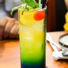 Ly cocktail được pha trộn giữa Blue Curâco và Tequilla, thêm một chút vị chua của cam thanh mát. #lozi  #muondongbang