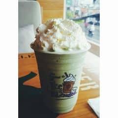 Trong số chuỗi cửa hàng của The Coffee Bean & Tea Leaf thì cửa hàng The Coffee Bean & Tea Leaf - Metropolitan là mình thíc nhất. Lý do vị trí quán ngay trung tâm thành phố, vị trí quá đẹp để thưởng thức 1 ly cafe siêu chất lượng vừa có thể ngắm nhà thờ Đức bà. Các thức uống của The Coffee Bean & Tea Leaf đều ngon nhưng dòng cafe này nghiêng về café đá xay (ice-blended) và trà latte. Các món cafe xay luôn đậm đà. Whipped-cream béo béo ngon ngon rất dễ thèm :D