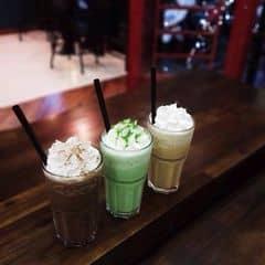 Mình với bạn bè hay ra urban uống, cứ chọn mấy loại quen thuộc mà xử :3 Matcha pha còn hơi ngọt, bớt đường bớt sữa sẽ non hơn. Caramel thì ngọt vừa, ngon.
