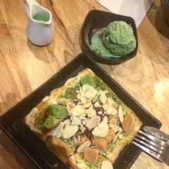 """Bánh toast này mình cũng ăn ở Sul luôn nha mọi người.  Mọi người cần review về decor quán thì đọc ở phần Patbingsu nhé 🤗 *love*  Em này có tên là """" Matcha Moazz """" nghe tên cưng ha :))))). Kb từ lúc nào nhưng kể từ khi ăn toast ở Đen đá xong mình bị nghiện mấy cái dessert luôn r 😭😭 huhu. Lúc nào cũng trong trạng thái thèm thuồng như dại vậy. Trước hôm mình có ý định lập kế hoạch đi ăn toast lại bên Đen Đá vì quá thèm thì đã được bạn dẫn đi ăn Bingsu nên thấy ẽm gọi luôn.  Ở Sul chỉ có 3 loại toast ( còn Đen Đá tới mười mấy loại luôn á 😢 ), mình thấy đi ăn gì cũng v, lựa chọn Matcha ( greentea ) luôn là sự lựa chọn đúng đắn nhất =)).  Mình khá mong đợi ở đây xem như thế nào nhưng hình như có vẻ k làm mình thoả mãn lắm 😭 .  Bánh cũng k đến nổi nóng ( so vs đen đá ), ở đen đá có hẳn cả lớp kem bộg trắng ở trên tạo phần ngọt hơn cho bánh ( các bạn xinh đep có thể tham khảo ở lozi của mình về toast ở đen đá ). Sorry vì nãy h so sánh với đen đá hơi nhiều nhưng tại mình chỉ mới thử 2 chỗ thôi nên phải có sự so sánh để các bạn lựa chọn ( chứ đi ăn chọn món khổ lắm đo người ơi 😭 công trình của mấy đứa heo như mình ăn trúng mấy món mà k ngon như mình nghĩ thì đêm về thất vọng lắm ) :)))).  Kem matcha đi kèm ăn cũng được nhưng vị hơi là lạ. Nói chung là mình thấy tạm ổn à :(. Ở trên mặt bánh là topping gì ấy ời xời ơi tớ cũng chả biết đâu :))).  giá của em này là 70k/ phần. ( toast matcha ở Đen Đá là 59/phần )"""