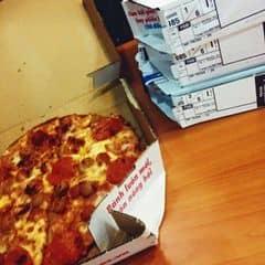 tuy là không có ngon bằng hut (so vs khẩu vị của mình) nhưng mà cái lý do mà mình ăn pizza của domino thường xuyên đó là giá khá mềm, làm nhanh và còn có ngày thứ 3 mua 1 tặng một cái cùng giá khác vị, cho nên mua 2 cái là có 4 vị ăn cho bỏ ghét rồi 😂😂😂