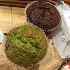 Mình đã test thử 1 số loại bánh ở đây và thấy muffin trà xanh là ngon nhất trong số. Bánh thơm, không bị ngọt quá giá cả khá rẻ. Mua 1 đống bánh mà hết 50k là cùng ấy 👌🏻😤 Nói chung là khá ok