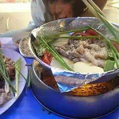 1 nồi bao gồm 1 đĩa thịt to gồm thịt bò, thịt lợn và nầm; 1 đĩa rau các loại, 4-5 chiếc bánh mì, dưa chuột và gia vị đi kèm. 5 người là thả sức ^^
