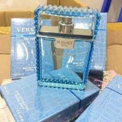 Nước hoa Versace (100ml)  Đây là một phiên bản mới, đầy quyến rũ của nước hoa Versace Man, nhẹ nhàng và gợi cảm hơn với phiên bản gốc. Hương hoa quả dịu mát kết hợp với mùi hương ấm áp của hổ phác, xạ hương và gỗ sung, làm lên một loại nước hoa hoàn hảo, tôn vinh vẻ đẹp nội tâm của người đàn ông hiện đại. Mùi hương đặc trưng: Chanh trắng, Gỗ hồng sắc, Ngải giấm, Tuyết tùng, Xạ hương, Hổ phách, Gỗ sung.Phong cách: Lịch thiệp, cuốn hút, huyền bí.