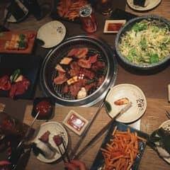 Cá nhân thấy sumo ăn ngon hơn hẳn king bbq 😪 mỗi tội đến tầm tối là xác định đông kinh nên nvien phục vụ chậm toàn phải tự nướng 😢 5 người ăn tối gọi 5 set smart bbq, set chứ ko phải buffet nên k được gọi thêm miễn phí nhe =))) nhưng gọi như trên là vừa đủ ăn luốn ý 😳