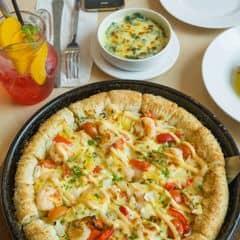 Pizza chảo vua phủ các loại hải sản (tôm, mực, nghêu) kết hợp cùng dứa, cà chua bi, ớt chuông, hành tây, phủ pho mai và sốt mayonaise. Là sự kết hợp giữa các vị chua ngọt cay, kèm thêm viền bánh pho mai và sốt đậm đà nữa, ăn đảm bảo không thể không mê :)
